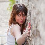 Portrait couleur de jeune femme réalisé dans une ruelle de Senlis dans l'oise.