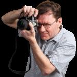 Le photographe Ludovic Leclercq photographié en train de prendre une photo.