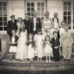 Un beau mariage : les mariés posent avec des enfants devant la mairie.