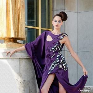 Ludovic Leclercq a photographié un mannequin portant une robe violette au Trocadéro à Paris.