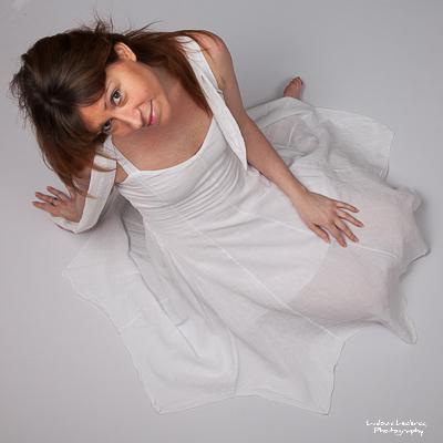 Jeune en robe photographiée de haut par Ludovic Leclercq, photographe à Chantilly.
