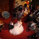 Les mariés sont vus du dessus et évoluent sur un tapis rouge tout comme les invités.