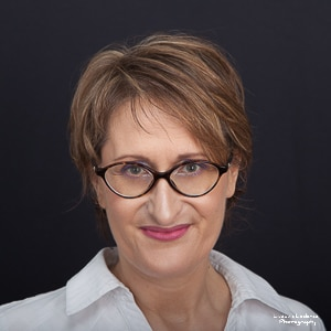 Portrait couleur de femme à lunettes réalisé par Ludovic Leclercq, photographe à Chantilly.