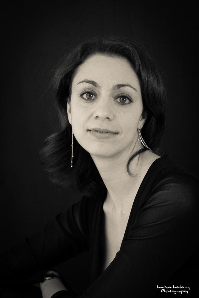 Portrait noir et blanc de jeune femme réalisé en studio à Paris par le photographe Ludovic Leclercq.