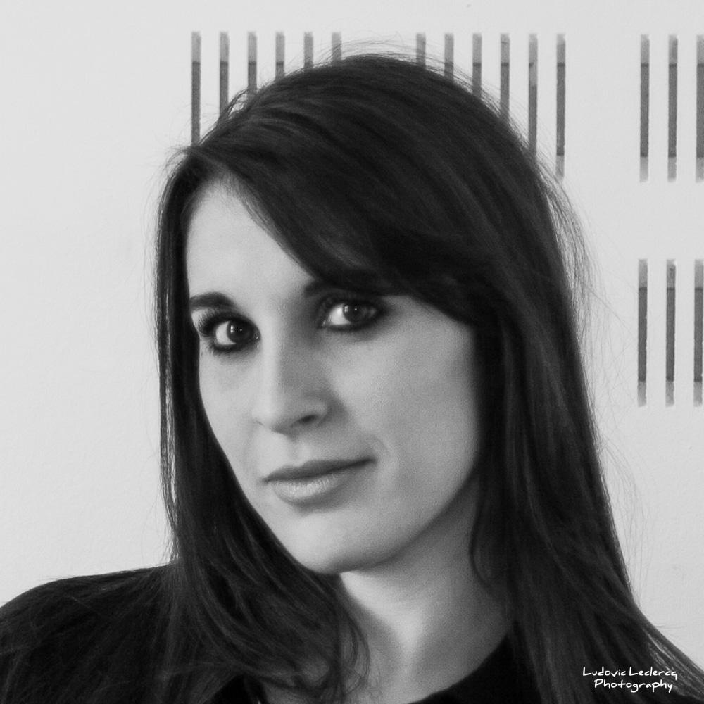 Portrait en noir et blanc de jeune femme réalisé par le photographe Ludovic Leclercq à Senlis.
