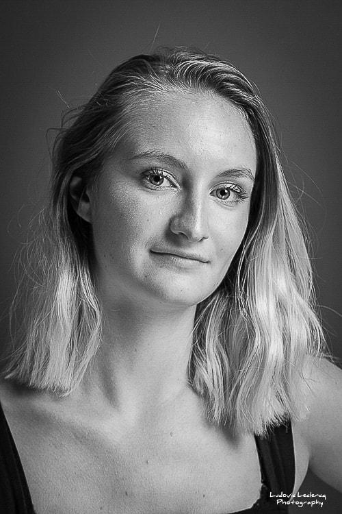 Portrait noir et blanc d'une jeune femme blonde réalisé par Ludovic Leclercq, photographe dans l'Oise.
