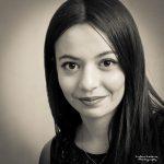 Portrait carré noir et blanc d'une jeune femme réalisé par le photographe Ludovic Leclercq à Paris.