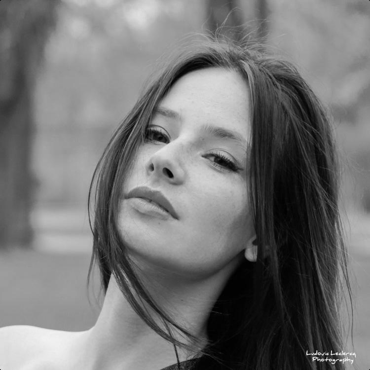 Portrait noir et blanc de jeune femme réalisé dans le parc de l'Abbaye de Royaumont.
