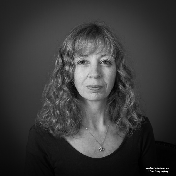 Portrait studio noir et blanc de femme par Ludovic Leclercq, photographe dans l'Oise.