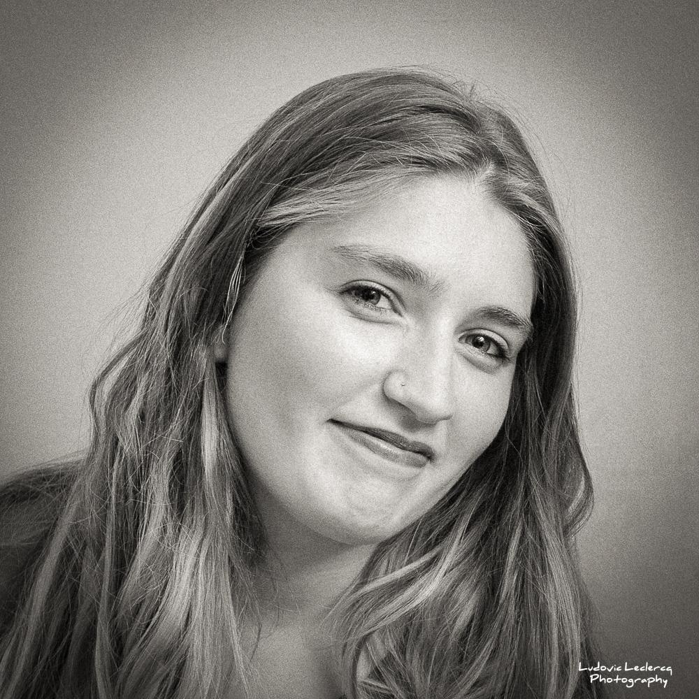 Portrait noir et blanc de jeune femme blonde signé Ludovic Leclercq, photographe dans l'Oise.