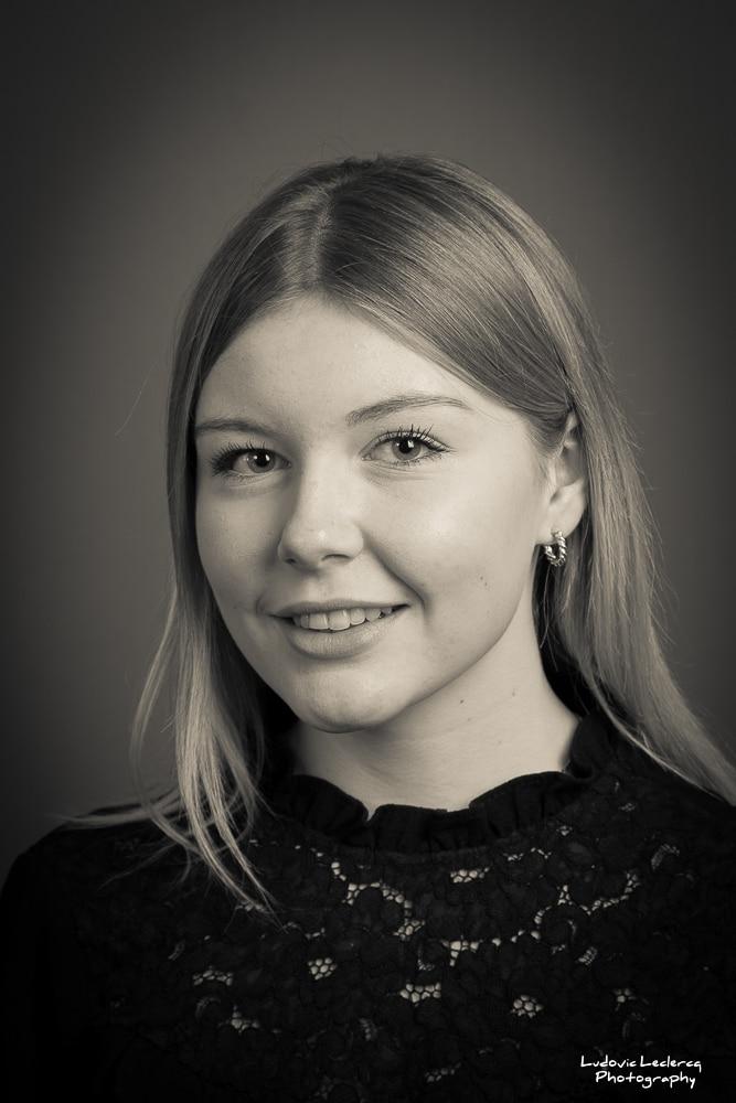 Portrait de jeune femme blonde réalisé par le photographe Ludovic Leclercq dans son studio à Chantilly.