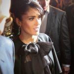 Salma Hayek photographiée à Paris à son arrivée pour assister à un défilé Yves Saint Laurent.