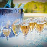 Des verres de champagne devant le seau à Champagne.