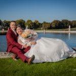Les mariés sont au bord de l'eau au Château de Chantilly, photographie de Ludovic Leclercq.