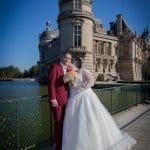 Les mariés sont au bord de l'eau devant le Château de Chantilly, photographie de Ludovic Leclercq.