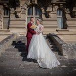 Les mariés sont sur les marches devant le Château de Chantilly, photographie de Ludovic Leclercq.