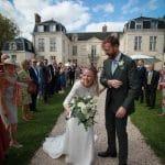 Les mariés avancent au milieu des invités au Château d'Auvillers dans l'Oise.